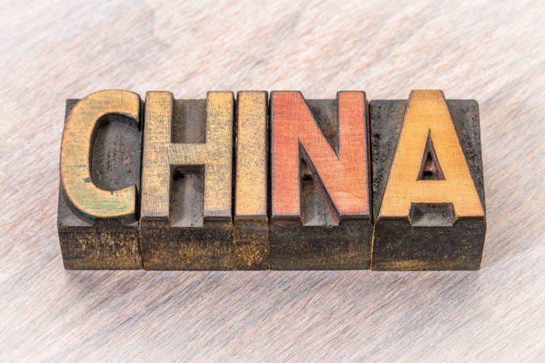 Známý ekonomický komentátor tvrdí, že Čína spustí kryptoměnu krytou zlatem, která zničí dolar