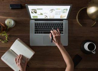 laptop, propiska, zápisník, lampa