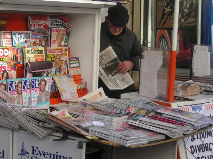 noviny stánek bulvár