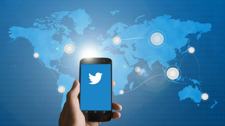 Masivní koordinovaný útok na Twitter – hackeři sdíleli BTC podvod z mnoha účtů známých osobností