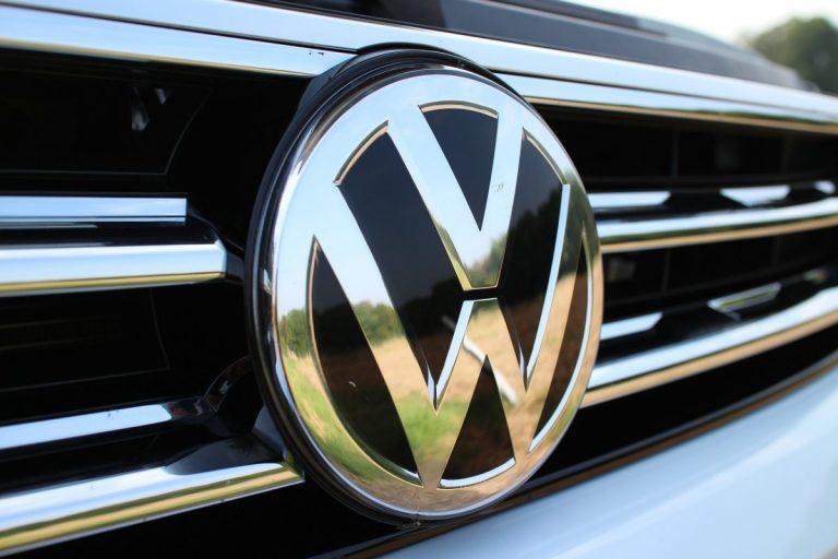 Závody v elektrifikaci dopravy pokračují – VW chce předstihnout Teslu