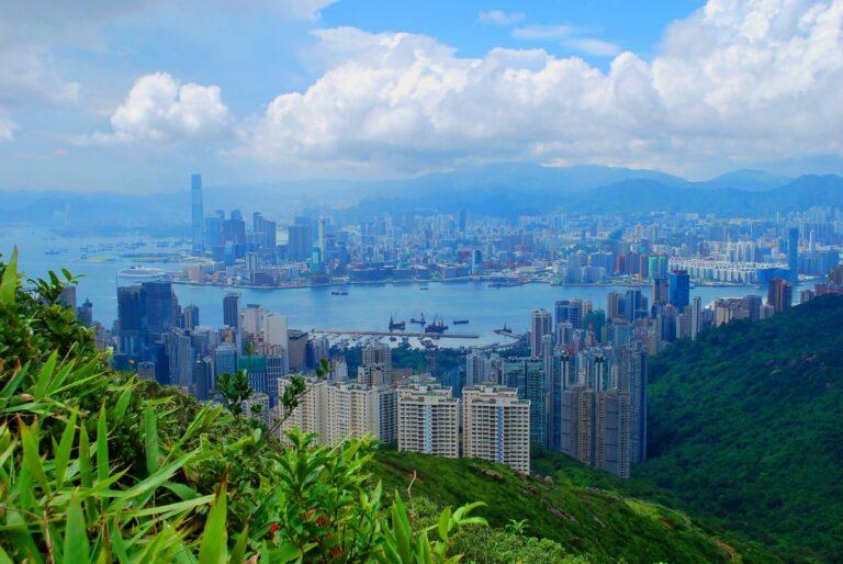 """Mezinárodní banky omezují """"rebelující"""" klienty v Hongkongu během protičínkých protestů"""