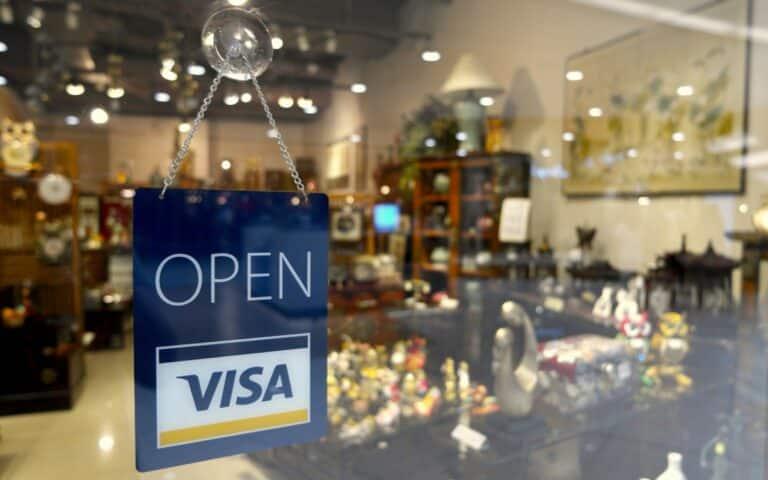 Binance rozdává peníze – cashback až 7 % z nákupů na novou kartu VISA