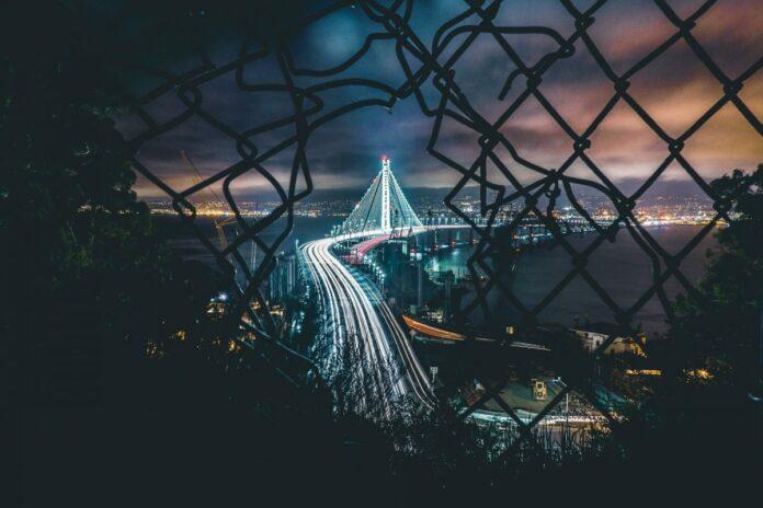 večer město