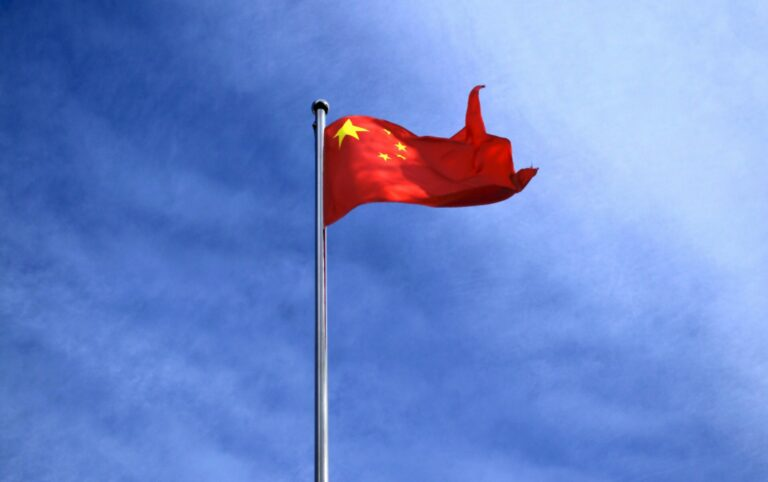 Čínská státní televize CCTV-13 upozorňuje na DeFi podvody na Uniswapu