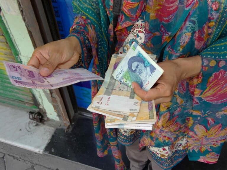 Írán v prudké inflaci škrtá 4 nuly ze svých bankovek a mění název měny