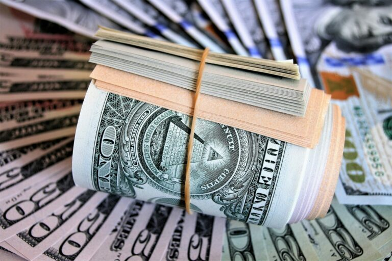 Svět se topí v amerických dolarech, zatímco cena BTC se odráží vzhůru