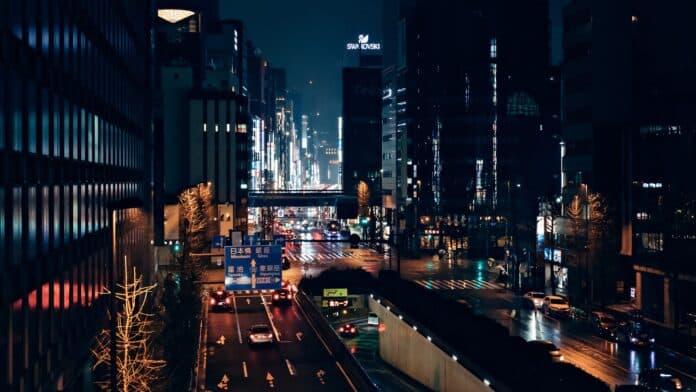 večer, město