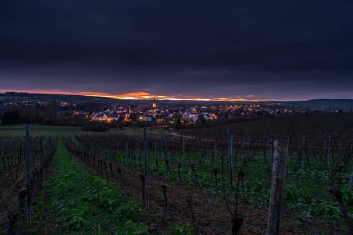 večer město pole víno