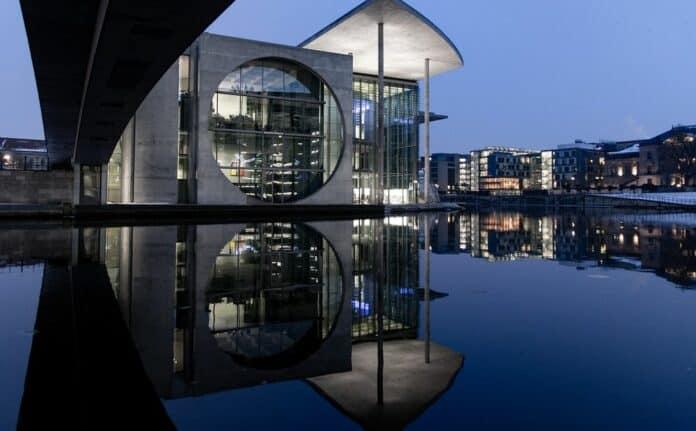 city mesto architektura voda vecer kryptomagazin