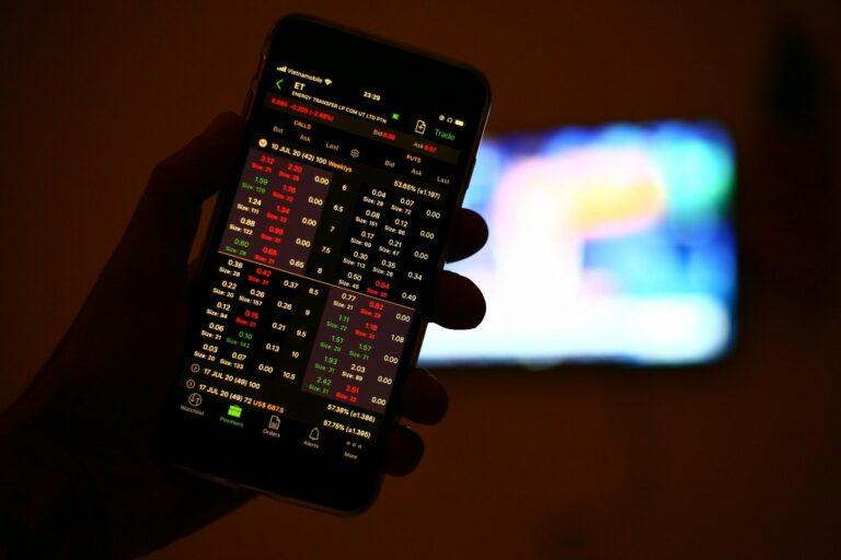 CEO Binance: Bitcoin je méně volatilní než akcie Applu a Tesly