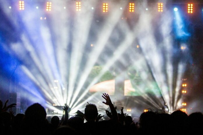 koncert dav mladí milenialove