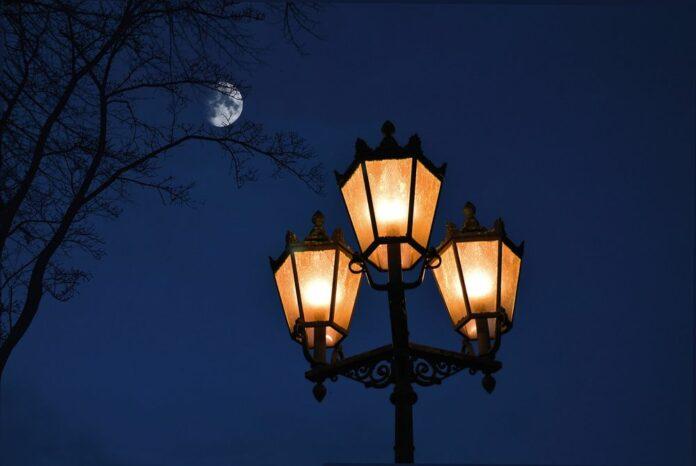 vecer_Kryptomagazin, svetlo, nadeje, lampa, měsíc